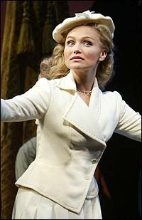Kristen-Chenoweth-best-glinda-ever-wicked-10719720-200-309