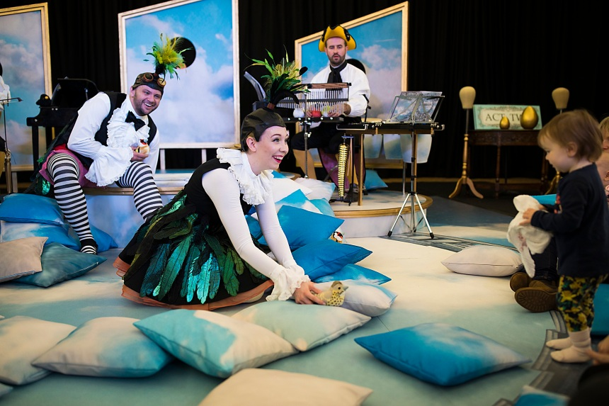 timothy-connor-as-pulcino-and-charlotte-hoather-as-uccellina-in-bambino-scottish-opera